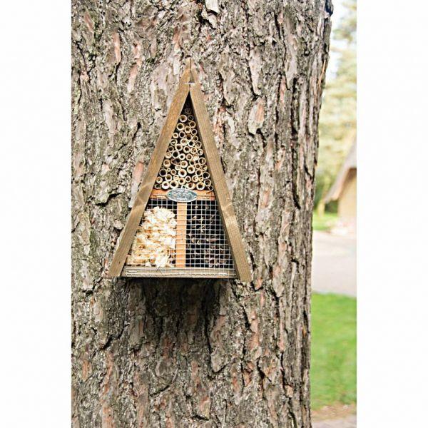 Insectenhotel aan boom